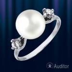 Кольцо из серебра 925 пробы с жемчугом и цирконами.